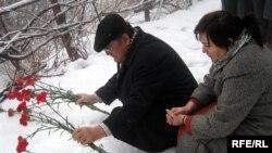 На этом месте было обнаружено тело Алтынбека Сарсенбаева. Алматы, 11 февраля 2009 года.