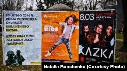 Solda Varşavada müellifleri belli olmağan #LiberateCrimea heştegli plakatlar