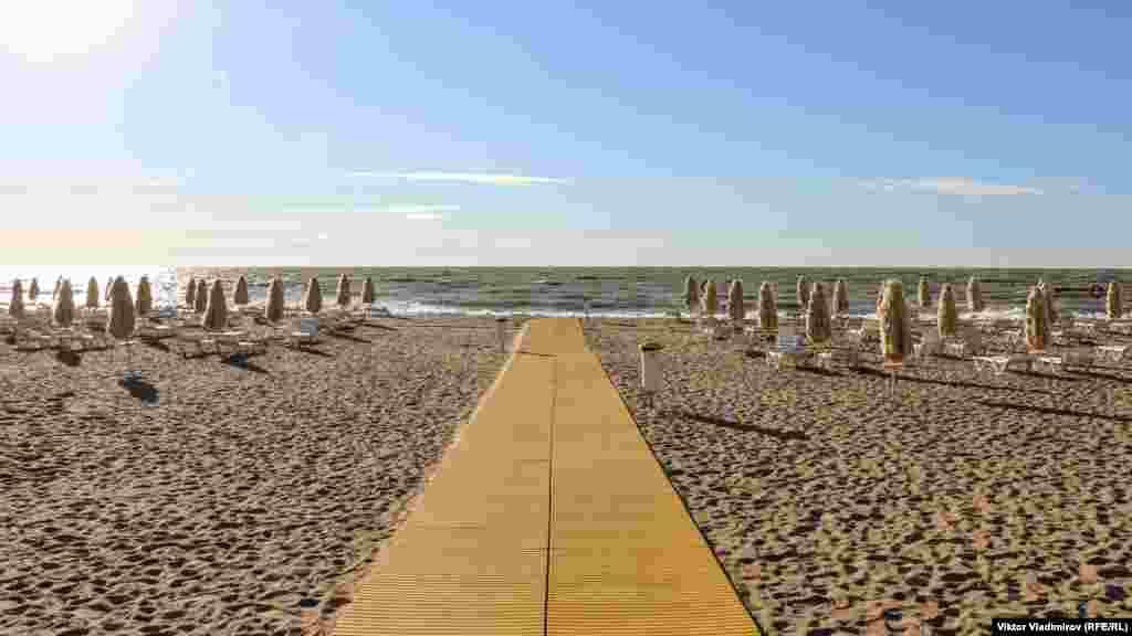А вот на лечебном пляже санатория «Черноморец» все наоборот – людей нет