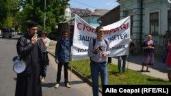 Preotul Ghenadie Valută în întîmpinarea coloanei marșului LGBT
