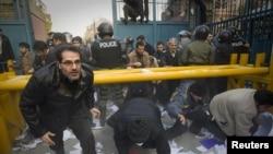 حملهکنندگان به محوطههای سفارتخانهای بریتانیا در تهران. ۲۹ نوامبر ۲۰۱۱.