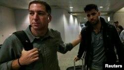 Американський журналіст Ґленн Ґрінвальд (ліворуч) зустрічає свого партнера Дейвіда Міранду в аеропорту Ріо-де-Жанейро, Бразилія, 19 серпня 2013 року