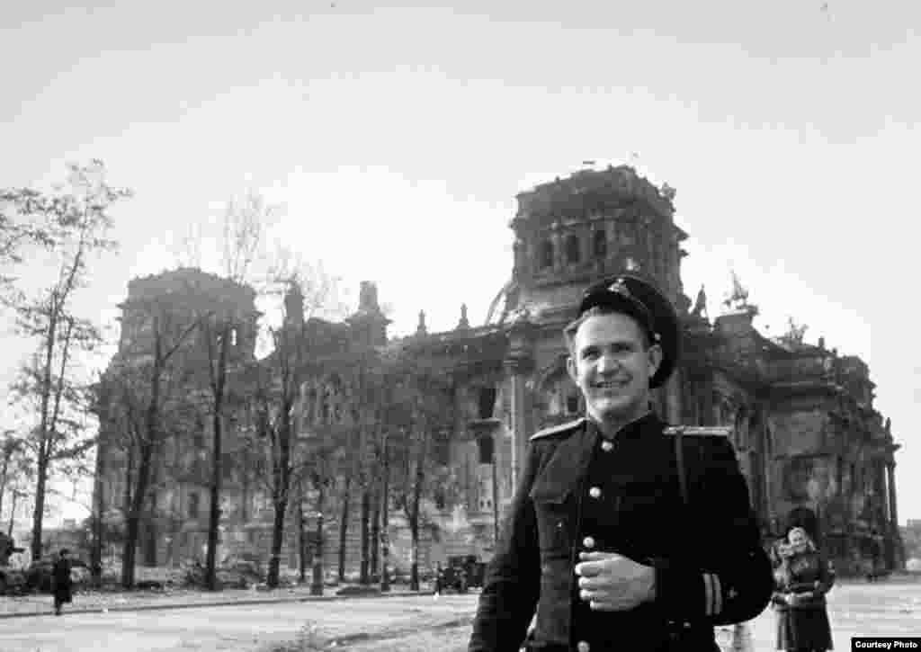 Халдей Берлиндагы Рейхстаг бинасы каршында. 1945 ел, май.