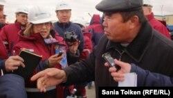 Мұнайшы Арыстанғали Жарылқапов журналистерден мұнайшылар киімін шешуді талап етті. Жаңаөзен, 16 қараша 2012 жыл.