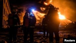 Пожарные на месте взрыва на заводе по производству пестицидов в городе Яньчэне
