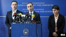 Архивска фотографија: Заменик министерот Спиро Ристовски и министерот за образование Абдулаќим Адеми.