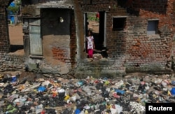 Девочка, живущая в трущобах Мумбая.