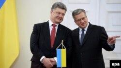Украина президенті Петр Порошенко (сол жақта) мен Польша президенті Бронислав Коморовский. Варшава, 17 желтоқсан 2014 жыл.