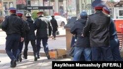 Полиция Макс Боқаев пен Талғат Аянды қолдау акциясына келген белсенділерді ұстап әкетіп барады. Алматы, 23 қазан 2016 жыл.