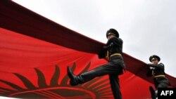 Из всех символов государственности Киргизии пока что самым устойчивым остается флаг.