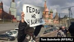 Активістка тримає плакат «Герої не вмирають» на місці вбивства Бориса Нємцова, Москва, 7 квітня 2015 року