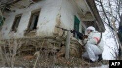 Иллюстративное фото. Украинский военнослужащий у заброшенного дома во время операции в селе Лисичанского района Луганской области, 28 января 2015 года
