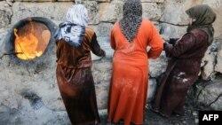 Сирійські жінки готують хліб на вулиці