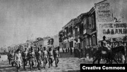Турецкие войска вступают в город Измир, отбитый у греков (9 сентября 1922 года)
