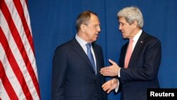 Міністр закордонних справ Росії Сергій Лавров (ліворуч) і державний секретар США Джон Керрі зустрічаються, щоб обговорити кризу в Україні, Рим, 6 березня 2014 року