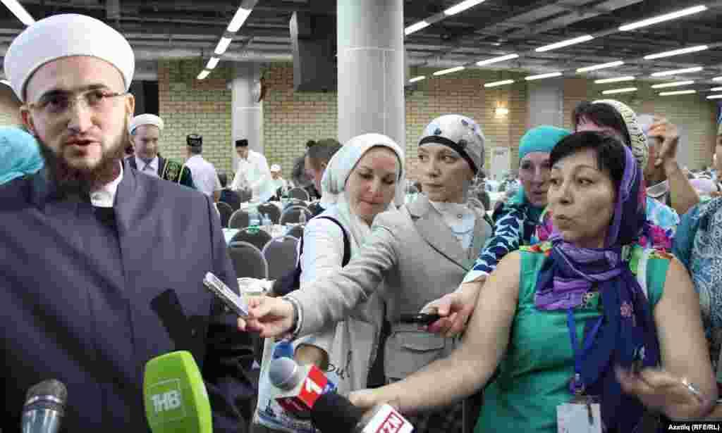 Мөфти Камил Самигуллин журналистлар сорауларына җавап бирә