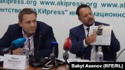 Йиржи Войтеховски и Михаэль Смелик на пресс-конференции в Бишкеке. 18 сентября 2017 года.