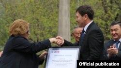 Посол США в КР Шейла Гуолтни и замминистра культуры КР Фархат Бекманбетов на церемонии вручения сертификата, 21 апреля 2017 г.
