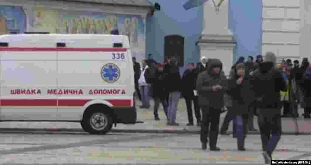Люди збираються на Михайлівській площі