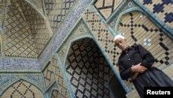 نماز در مسجدی در سنندج، عکس تزئینی است