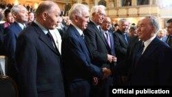 Президент Нұрсұлтан Назарбаев (оң жақ шетте) Нобель сыйлығы лауреаттарымен және танымал экономистермен бірге. Астана, 16 маусым 2017 жыл.