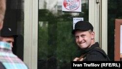 Сотрудник Следственного комитета у дома Алексея Навального, 11 июня 2012 года