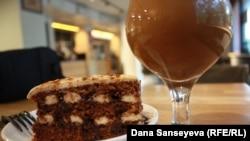Ореховый торт на соевом креме без глютена и без яиц и капучино на соевом молоке, заказанные в кафе, пропагандирующем здоровое питание. Астана, 7 августа 2017 года.