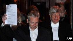 Џулијан Асанж излегува од британскиот суд