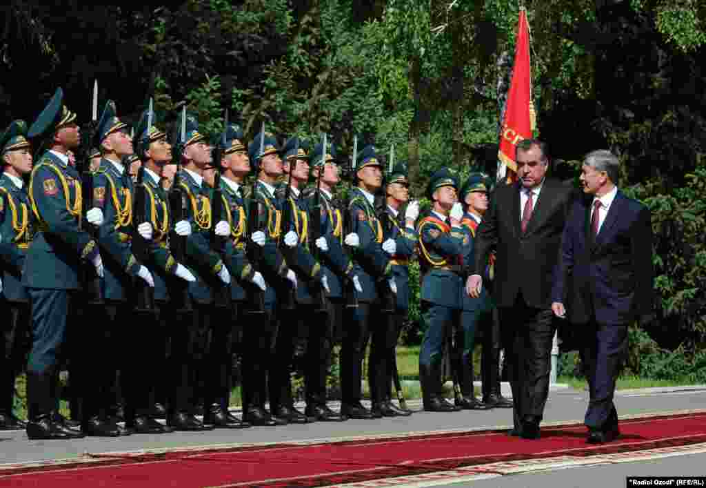 Президенты обходят почетный караул