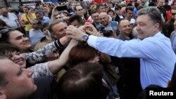 Prezidentliyə namizəd Petro Poroshenko tərəfdarları ilə görüşür. 20 may 2014