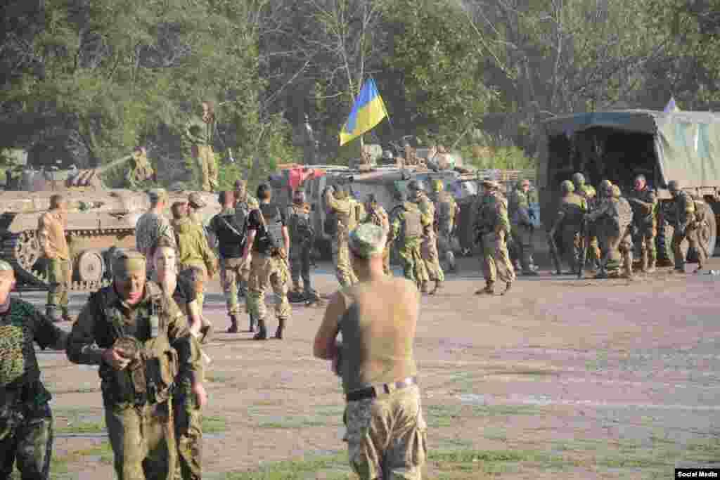 Українські військові після бою під Старогнатівкою, 10 серпня 2015 року (Фото - начмед «Госпітальєрів» Яна Зінкевич)