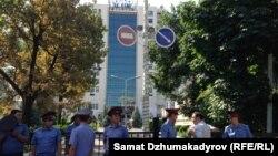 """Рано утром 22 июня сотрудники милиции, оцепив здание гостиницы """"Ак-Кеме"""", вывели на улицу всех сотрудников и постояльцев отеля."""