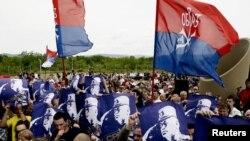 Në shënimin e përvjetorit të Betejës së Kosovës, në Gazimestan, serbët mbanin posterët e ish-gjeneralit serb Ratko Mlladiq -28 qershor 2011.