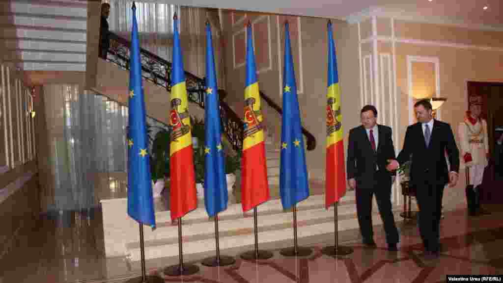 Jose Manuel Barroso întîmpinat de premierul Vlad Filat
