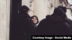 Хадзіджа Ісмаілава вітае калегаў, калі яе вядуць у суд