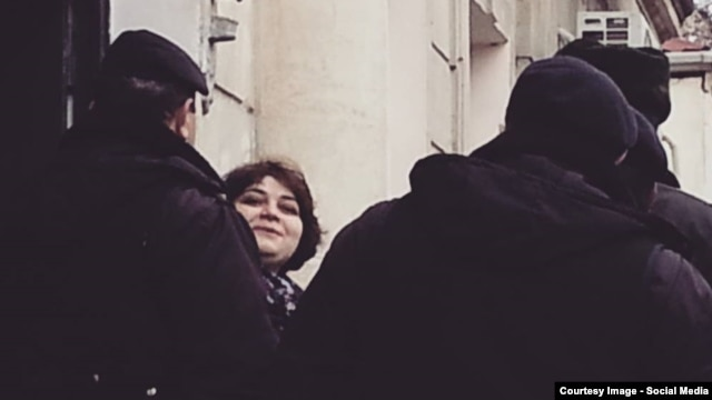 Azerbaijan -- Khadija Ismayil greets her colleges on the way to court in Baku. January 27, 2015.