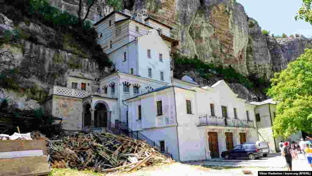 Возле гостиницы для паломников также проходит ремонт. Во время Второй мировой войны на территории монастыря располагался госпиталь, а после – психоневрологический диспансер. Возрождение комплекса началось в начале 90-х