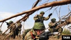 Російські та білоруські десантники під час спільних навчань, квітень 2016 року