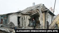 Жительница Донбасса в своем разрушенном доме. 21 декабря 2017 года.