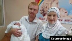 Михаил Мартьянов с женой и ребенком