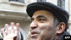 Сторонники устроили Каспарову овацию. В отдалении реяли квартальные