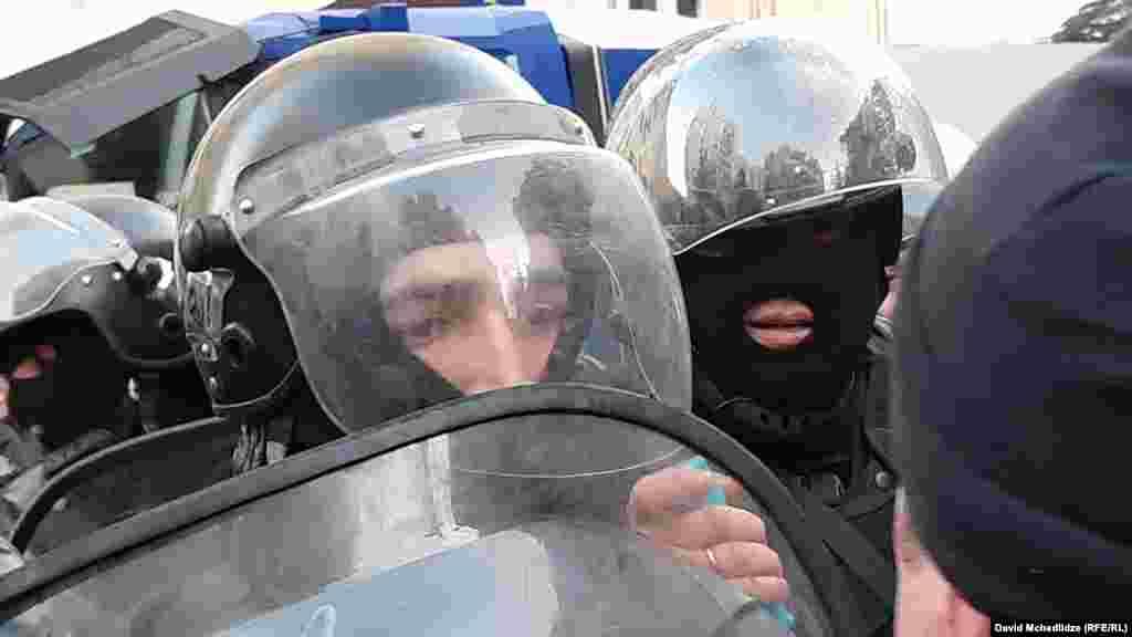 При разгоне пострадали шесть человек, в том числе два сотрудника полиции, сообщили в МВД.