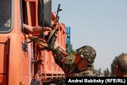 Украинский боец на окраине Мариуполя