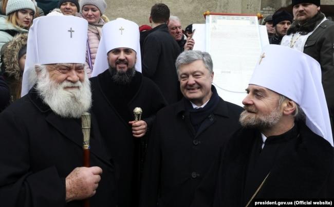 Митрополит Іоан (перший справа), Петро Порошенко та інші. Черкаси