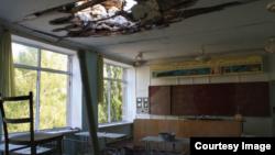 Одна зі зруйнованих в ході бойових дій шкіл Донбасу (фото з сайту Human Rights Watch)