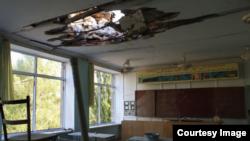 Школа в Донбассе, поврежденная в результате обстрела.