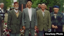 Енвер Меджитов (другий зліва) зі співвітчизниками біля пам'ятника жертвам депортації в селищі Жовтневе (колишнє село Біюк-Онлар). Крим, Красногвардійський район, 18 травня 2004 року
