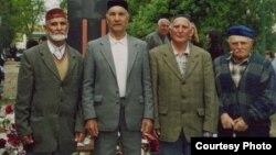 Энвер Меджитов (второй слева) с соотечественниками возле памятника жертвам депортации в поселке Октябрьское (бывшее село Биюк-Онлар). Крым, Красногвардейский район, 18 мая 2004 года