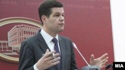 Помошникот државен секретар на САД за европски прашања Вес Мичел за време на посетата на Скопје
