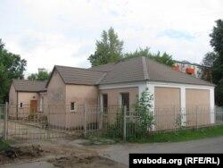 Гэты дом па Фабрычнай, збудаваны ў міжваенны час, яшчэ памятае Тодара Кляшторнага. Але жыў паэт ня ў ім